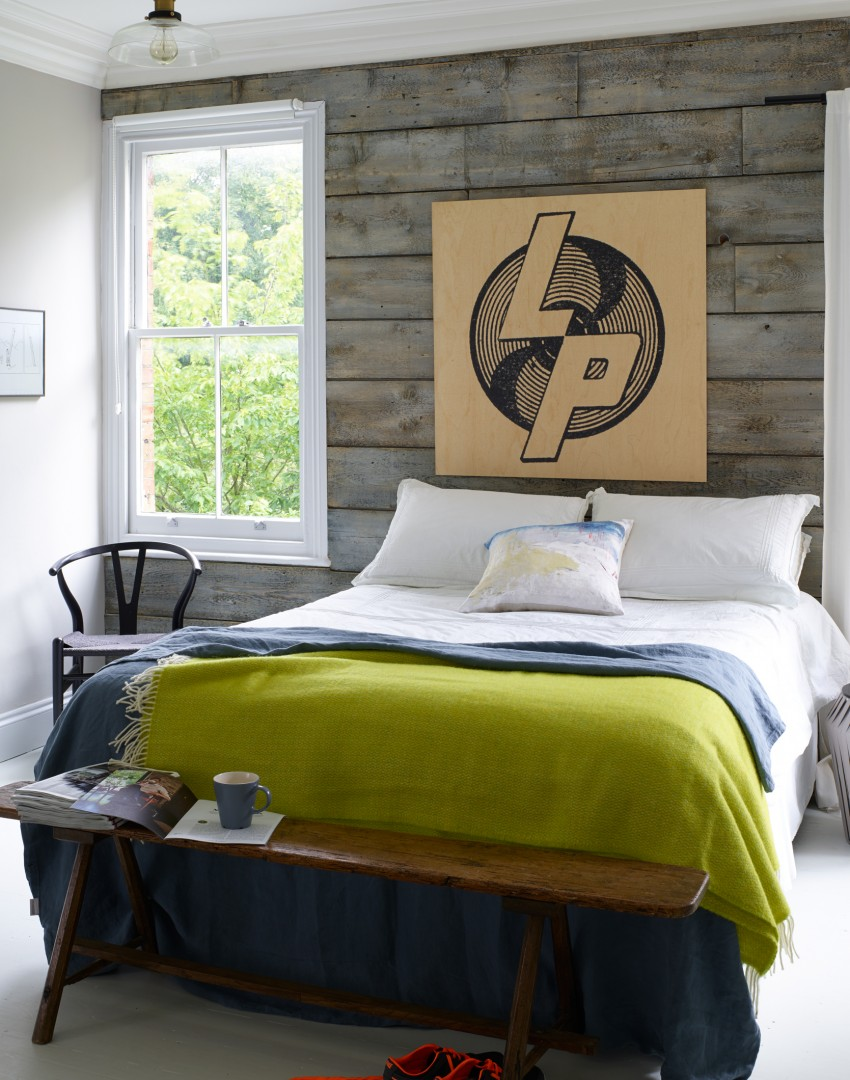 Try these ingenious ideas that make small bedrooms - Wood effect wallpaper living room ...