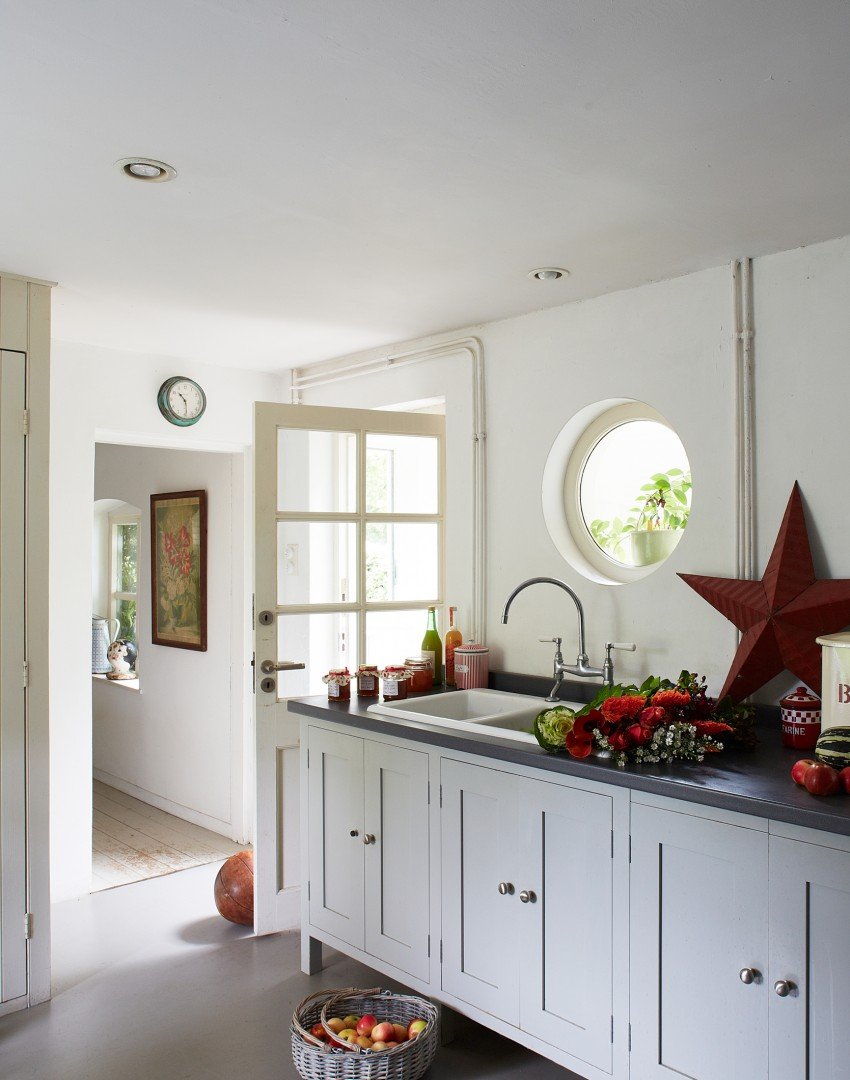 White country kitchen red accents - White Country Kitchen With Red Accents
